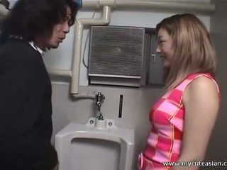 アジアの ふしだらな女 フェラチオ と 彼女 slurps 精液!