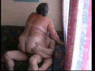 Mormor ridning hård på soffan video-