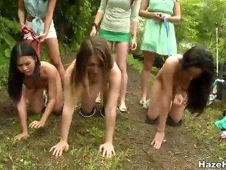 Arm meisjes had een worstelen competitie