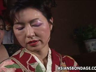 Aziatike moshë e pjekur bushtër has një rope session në qëndroj: porno f5