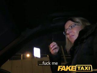 Faketaxi blondīne gets viņai kit no uz taxi cab - porno video 151