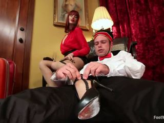 Hotel guest maitresse madeline dominates the bellboy v foot fetiš vid