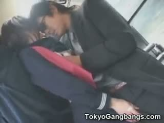 Aziatisch schoolmeisje fingered in publiek!