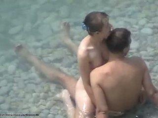 Naakt koppel neuken op nudist strand