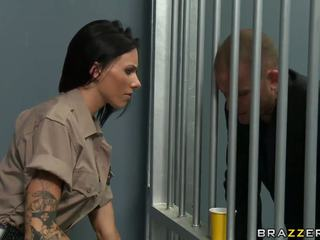 Sexy guard hooked trên prisoner
