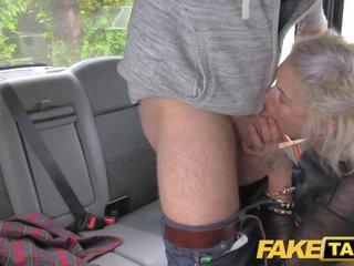 Fake taxi blondīne mammīte gets pārsteigums anāls sekss un rims