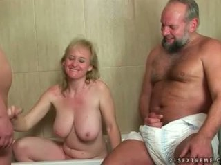 Grootmoeder en two guys in urineren trio actie