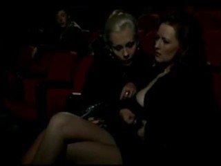 Alduterio italiano debido ragazze al cine
