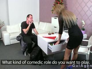 Female agent gets gecilövés tovább neki láb -től guy tovább szereplőválogatás