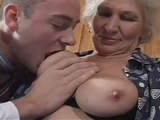 Valge haired granny becomes a jälk hoor jaoks tohutu noor riist