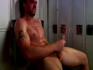 Handsome muscular jock masturbação