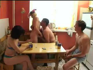 Vene swingers mängima stripp pokker.