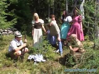 Foresters en gemakkelijk dolls having mad groep seks binnenin open lucht