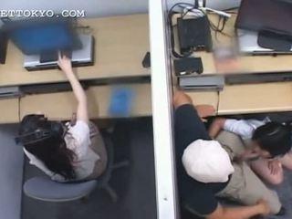 Tiener aziatisch nymfomane jumping en zuigen piemel bij werk