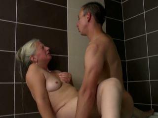 Vanha äiti takes nuori kukko sisään kylpyhuone, hd porno 2e