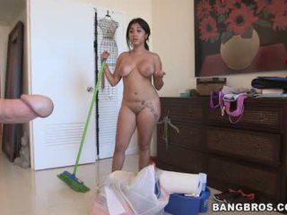 Angelina o latina servitoare do curatenie gol