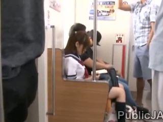 Bunch van rijpere pervs bang japans schoolmeisje bij electric trein