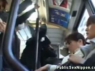 Publicsex aziatisch fingered op de bus