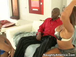 Concupiscent swarthy שרמוטה rane revere ו - שלה סקסי חבר למצוץ a גדול שחור זין מקל
