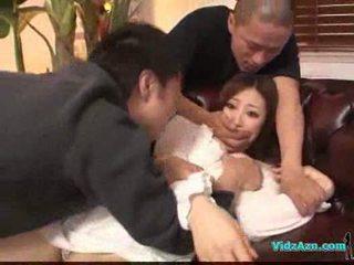 Aziāti meitene uz baltie kleita getting viņai bumbulīši rubbed vāvere laizīšana