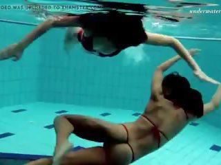 Lesbiete jautrība zem ūdens un kails stripping: bezmaksas hd porno 51