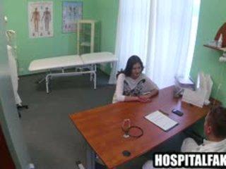 Seksi rambut coklat pasien getting sebuah penuh tubuh pijat