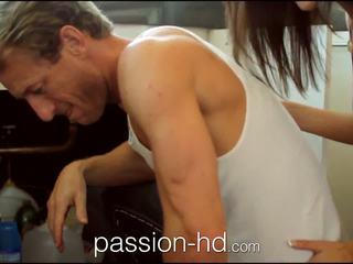 Passion-hd plumber lays viņa pipe uz uzbudinātas pusaudze meitene