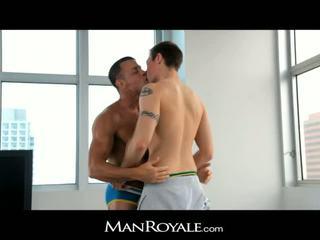 Manroyale guy massages en bodybuilder's kuk