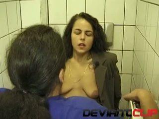 Публичен тоалетна духане и пикаещ с аматьори съпруга