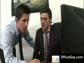 Homo guy prins masturband-se la lucru pe birou