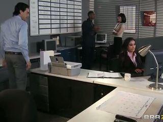 lielas krūtis, birojs, interracial