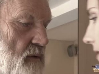Teenie meisje in pijn fucks oud man voor gekruid oblivion
