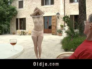 Oldje: denisa heaven screwed от an стар мъж outdoors