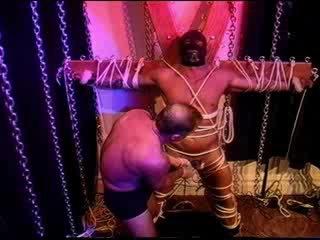 Locekļa un olu mocīšana ekstrēms. beefy robeža bottom has dzimumloceklis slathered uz ben gejs un tabasco kamēr robeža līdz standrews x
