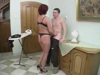 Ruiva milf gets anal a partir de um jovem homem em o stairs