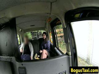 Brittiläinen taxi amatööri kanssa nose läpitunkeva sucks