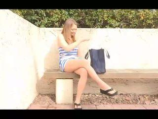 Adrianna sporty innocent brunette meisje uitkleden en tonen naakt poesje en poseren naakt en toying poesje outdoors