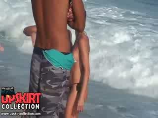 The warm deniz waves are gently petting the bodies arasında kancık babes içinde sıcak seksi swimsuits