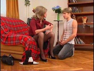 Venäläinen milf dominates nuori guy