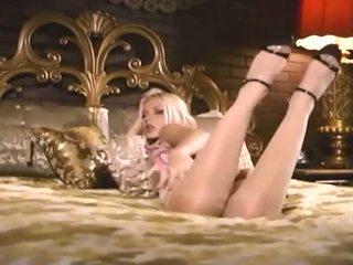Šarms blondīne uz seamed zeķe