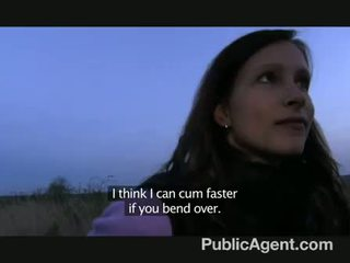 Publicagent - evelyn strips av utenfor