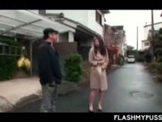 Nympho asiatisch tramp pinkeln draußen und flashing groß titten