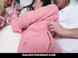 Daughterswap - daughters fucked gjatë slumberparty