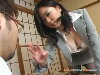 Gros seins asiatique milf gets son grand seins et chatte licked
