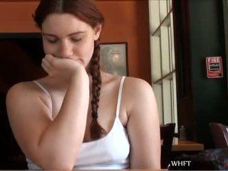 Meitene uses a vibrātors līdz masturbate uz a publisks restaurant un squ