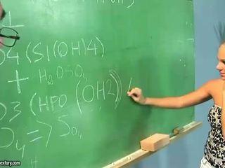 Pusaudze jāšanās ar viņai vecs skolotāja