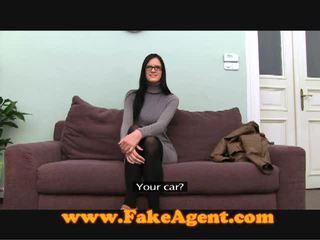 Olśniewające brunetka nastolatka fucks the fake agent