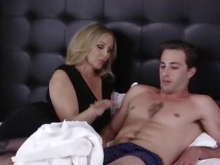 Mom aku wis dhemen jancok mommy julia ann kurang ajar her step son at bed - excasting.com