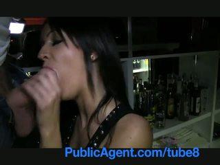 Publicagent 美丽 褐发女郎 barmaid gets 性交 背后 该 酒吧