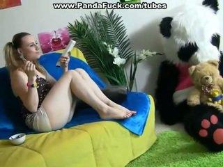 Napalone dame pleasuring razem surrounding zabawka niedźwiedź